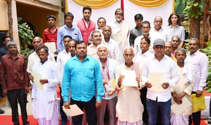 Amitabh Bachchan with the farmers. Photo Courtesy: Amitabh Bachchan's Official Blog