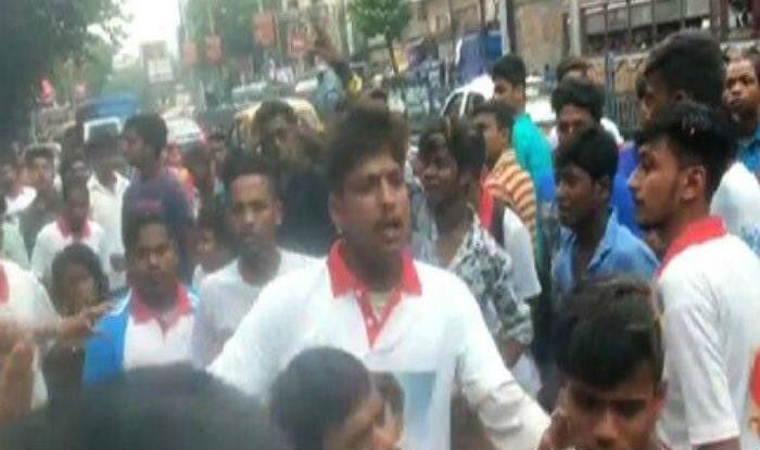 Fans of Bengali Superstars Dev And Jeet Fight Outside a Theatre on Eid Until Police Takes Control