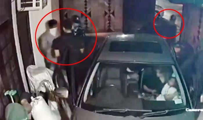 Delhi: Family Robbed on Gunpoint, Entire Episode Captured on Camera | Watch Video