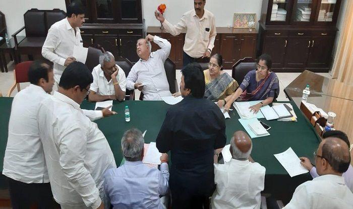 Karnataka Crisis: Congress-JD(S) Govt Begins to Tremble as 11 Rebel MLAs Resign, Reach Mumbai Hotel