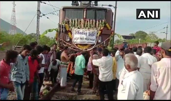 Tamil Nadu: First Train Carrying 2.5 Million Litres of Water Reaches Chennai. Target is 10 Million Litres Everyday