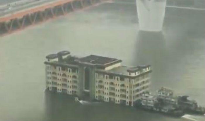 China's Five Storey-Building Cruising on Yangtze River