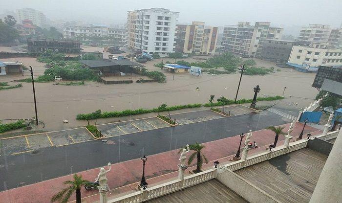 #MumbaiRains: Cars Submerged, Floodwater in Homes; Here's What Mumbaikars Are Tweeting