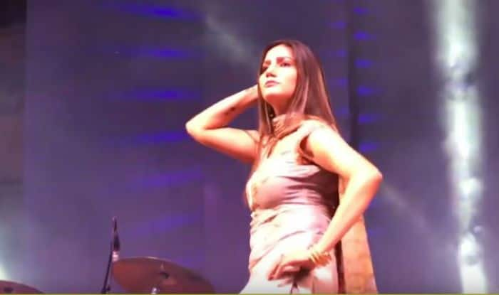 Haryanvi Sizzler Sapna Choudhary's Hot Dance Thumkas Sets The Stage on Fire During Delhi Stage Show, Watch