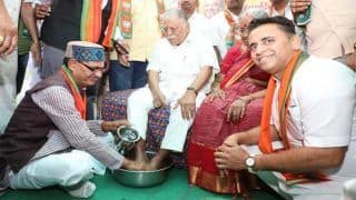 VIDEO: शिवराजसिंह चौहान ने बुजुर्ग जनसंघ कार्यकर्ता के पैर धोकर बीजेपी में आने का किया अनुरोध