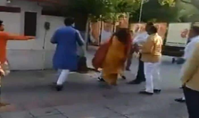 Delhi BJP Leader Slaps Wife at Party HQ After Meeting With Union Minister, Video Goes Viral on Social Media | Watch
