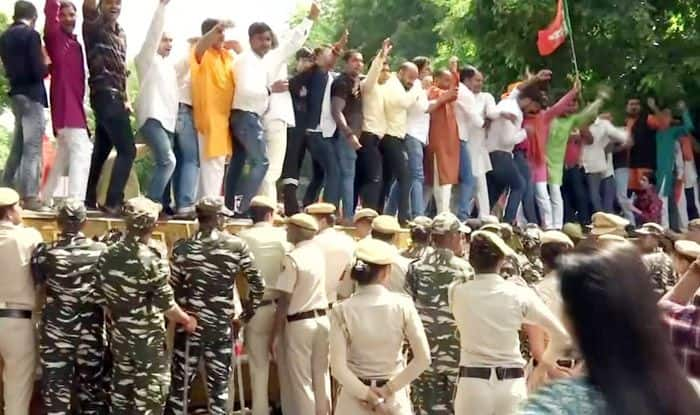 BJP Workers in Delhi Protest Outside CM Kejriwal's Residence Over His NRC Remark at Manoj Tiwari