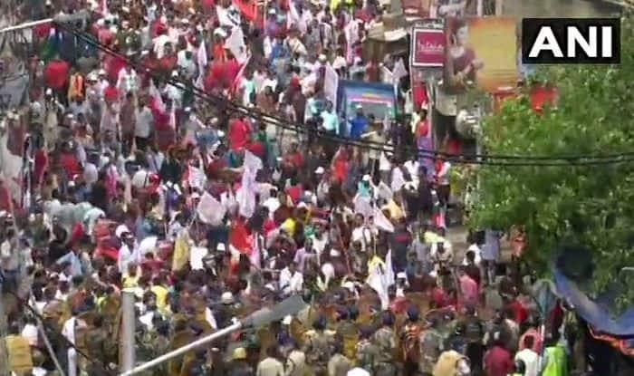 West Bengal: Left Youth And Students' Wing Members Protest Over Unemployment; Police Resort to Lathicharge, Lob Tear Gas