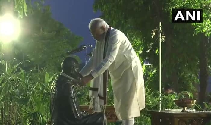 PM Modi Pays Tribute to Mahatma Gandhi at Sabarmati Ashram, Pens Thoughts in Visitor's Book