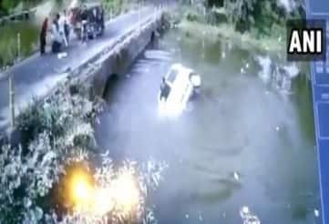 Car Carrying 5 People Loses Balance in Bid to Avoid Accident, Falls into River in MP's Orchha | Watch