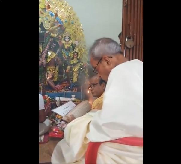 Navratri 2019: Ex-President Pranab Mukherjee Visits His Ancestral Home to Offer Prayers to Goddess Durga | Watch