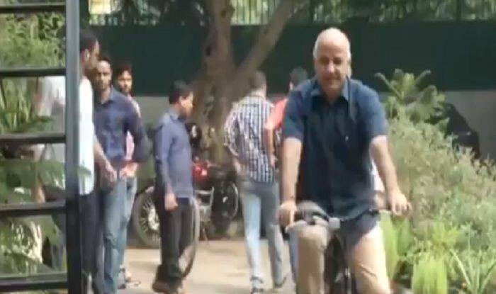Odd-Even in Delhi: Manish Sisodia Cycles His Way to Office; CM Kejriwal Carpools With Cabinet Colleagues