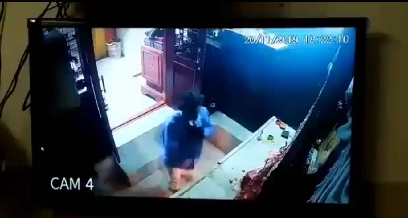 Thief Steals Idol's Crown But Before That Prays With Folded Hands | Watch