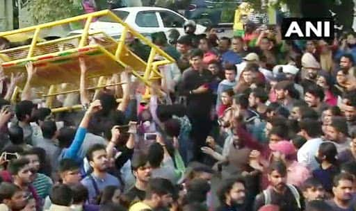 JNU Protest: Delhi Police Uses Water Cannon, as Clash With Students Over Fee Hike Turns Violent