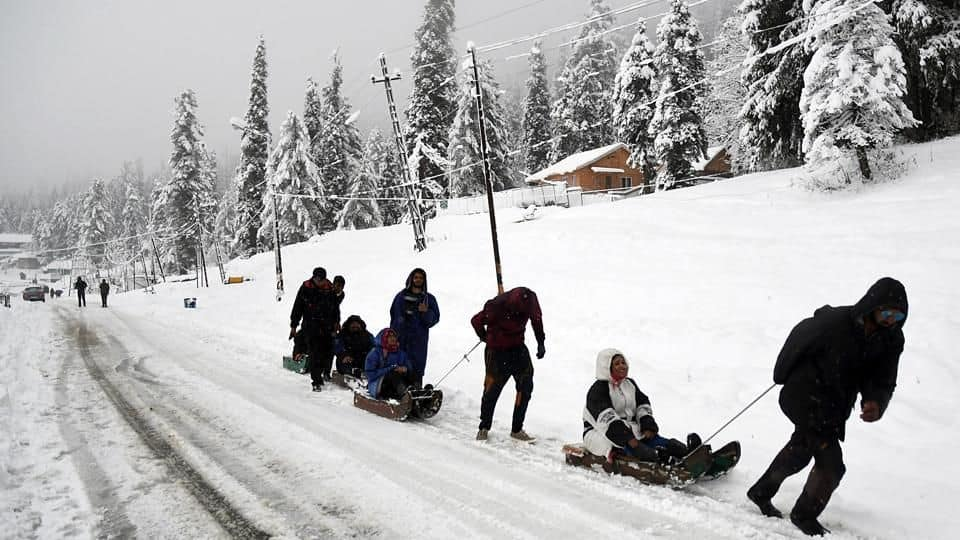 Netizens Share Pictures of the Winter Wonderland As Kashmir Valley Receives Season's First Snowfall