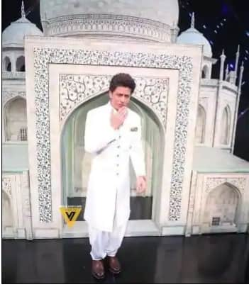 Trending Bollywood News Today: Shah Rukh Khan's Killer Looks in White Pathani Suit is All You Need to Trigger Back Your K3G Crush!