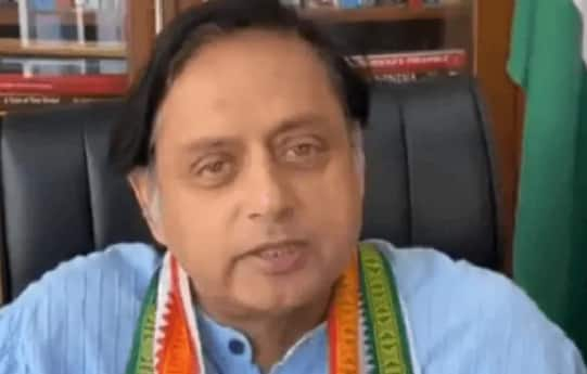 Speaking in Fluent Bengali, Shashi Tharoor Requests Migrant Workers to Remain In Kerala | Watch