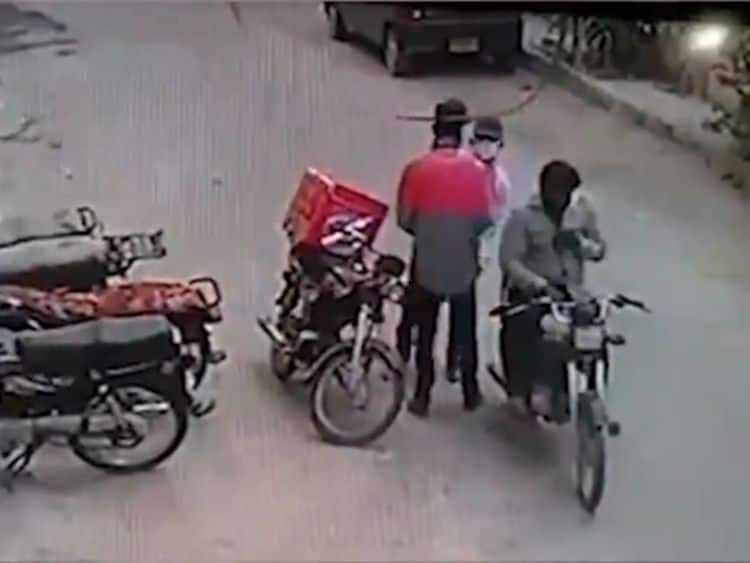'Humanity Still Prevails': Robbers Return Valuables Stolen From Delivery Boy in Pakistan, Hug Him After He Starts Crying | Watch Viral Video