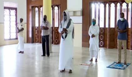 Eid-Al-Adha 2020: Muslims Offer Namaz at Kerala Mosque While Maintaining Social Distancing | Watch