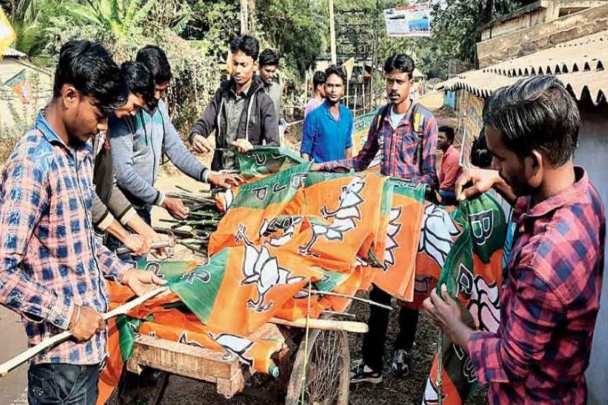 मेदिनीपुर से होगी रैली की शुरुआत, भाजपा के झंडों के बीच लगे शुभेंदु अधिकारी  के पोस्टर - Rally will start from medinipur poster of shubhendu adhikari  placed between bjp flags - Latest