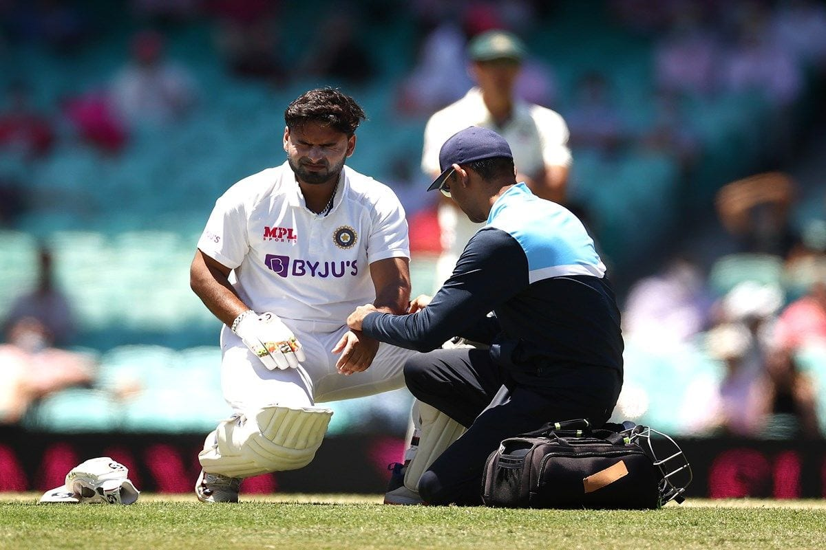 Rishabh Pant Injury News Update: India Wicketkeeper Has Been Taken For Scans After Hit on Right Elbow, Wriddhiman Saha in as Concussion Substitute