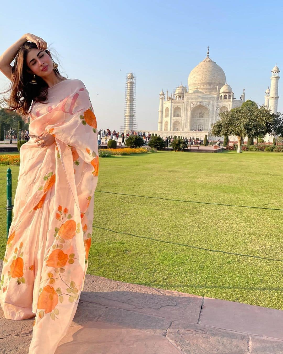 Mouni Roy Bold Photo Shoot: मौनी रॉय ने किया 'ताज' का दीदार, बंगाली बाला की खूबसूरती के आगे 'फीकी' पड़ गई Taj Mahal की चमक... - Mouni roy shares his beautifull photos