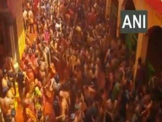 Hundreds of Devotees Play 'Kapda Fad' Holi at Mathura Temple, Flout COVID Guidelines | Watch Video