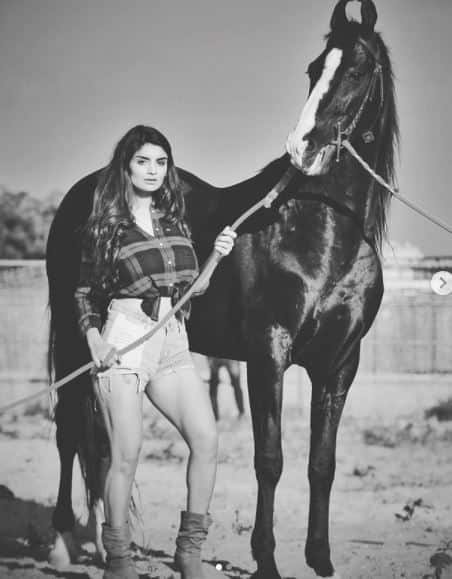 Gandii Baat actress Anveshi Jain Latest Hot photoshoot with horse Photos goes Viral interesting facts people bully in childhood