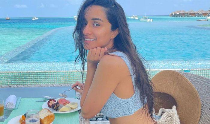 Shraddha Kapoor ने समंदर किनारे गीले बालों में किया नाश्ता, टेबल पर दो गिलास दिखे, एक किसका था?