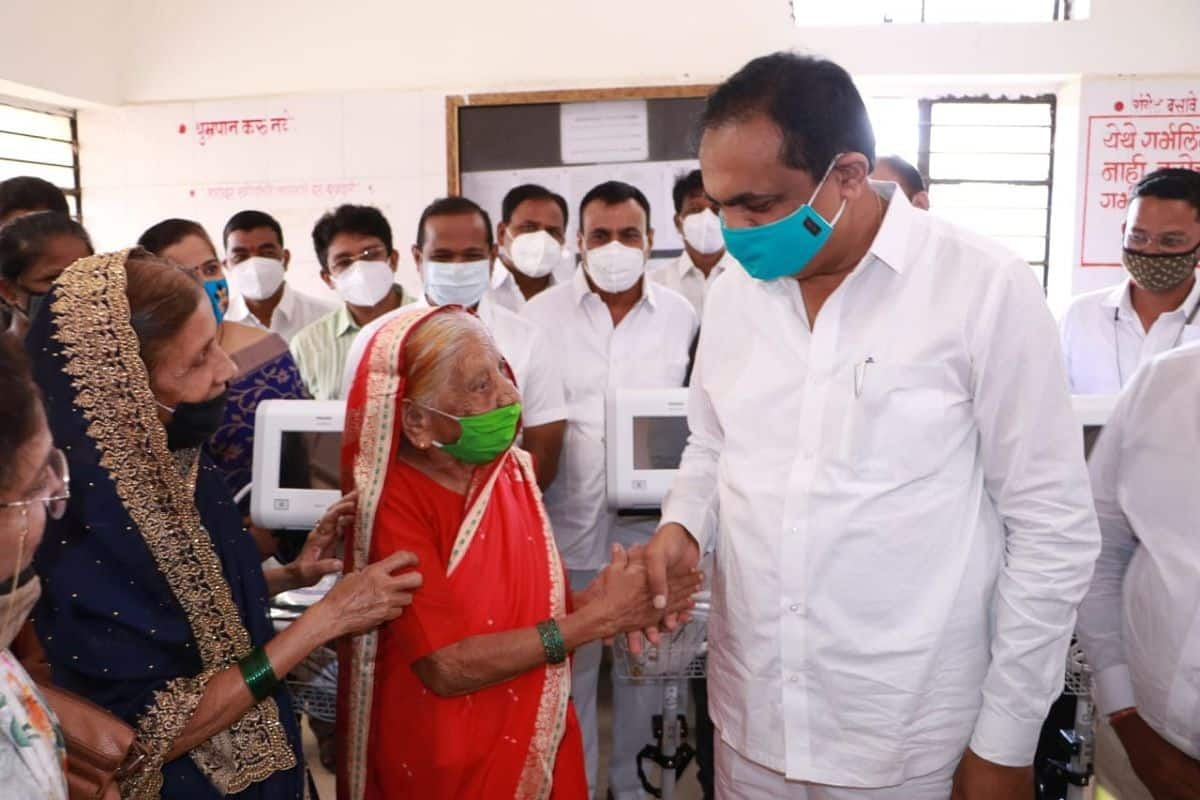 Grandmother felicitated to jayant patil 01
