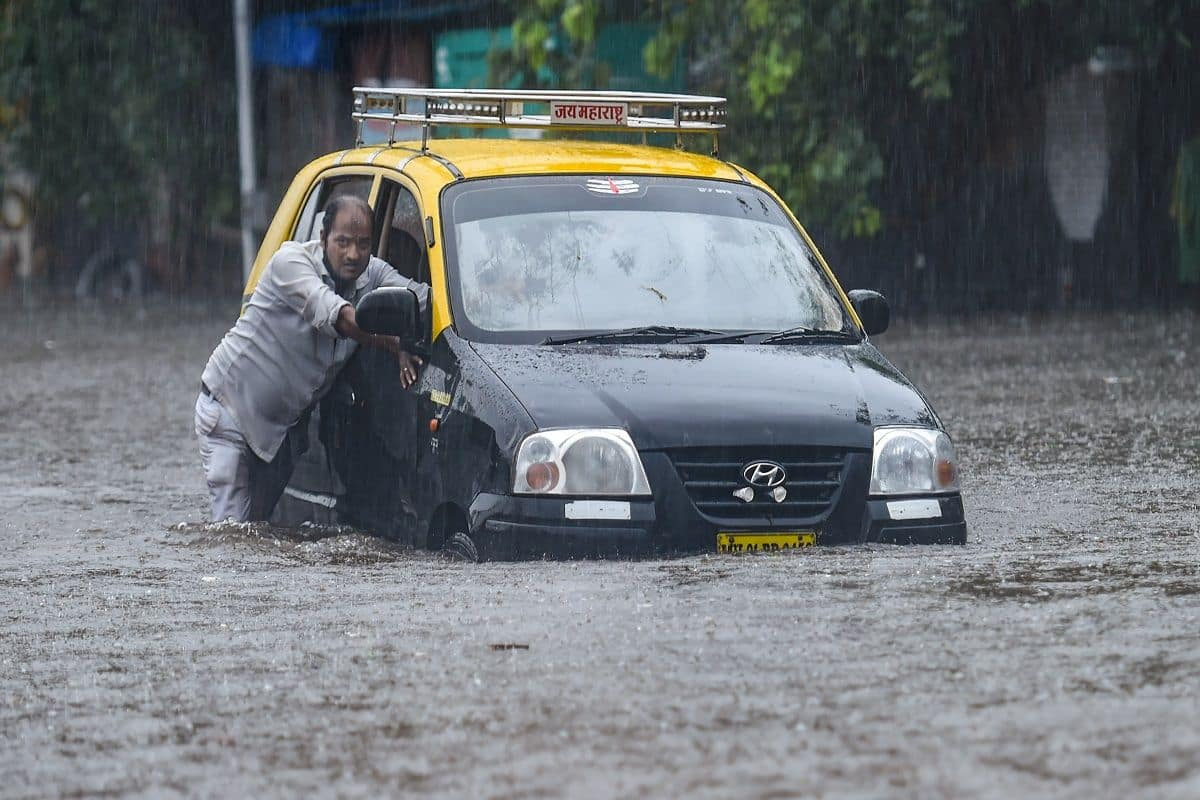 Heavy Rain In Mumbai: मुंबई में भारी बारिश, पानी भरने के बाद 4 सबवे बंद
