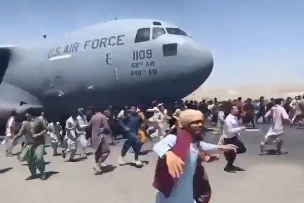 चलते अमेरिकी विमान पर लटकते नजर आए सैकड़ों लोग, काबुल एयरपोर्ट से आया दिल दहला देने वाला वीडियो