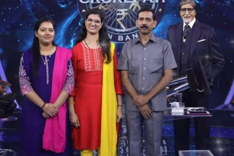 Himani Bundela and her family poses with Amitabh Bachchan (PC: Twitter)