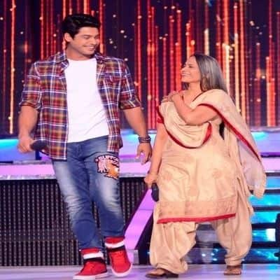 Sidharth Shukla's security guard reveals he was with his mom last evening in park.