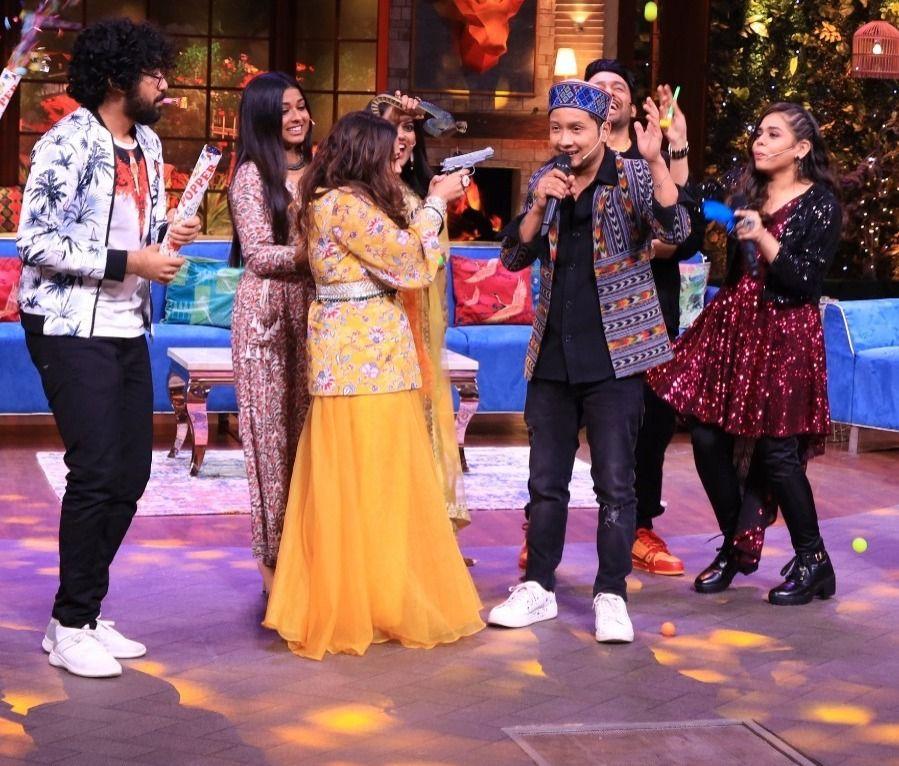 Neha Kakkar disturbs Pawandeep Rajan (Picture Credits: Sony TV)