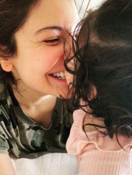 छोटी बेटी वामिका के साथ अंशका शर्मा