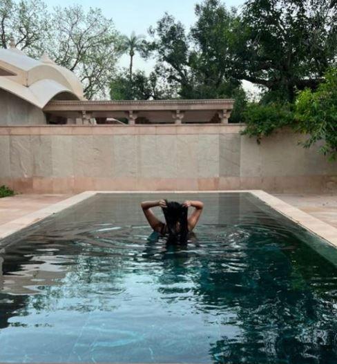 रिया कपूर, करण बुलानी, और मसाबा गुप्ता पूल द्वारा चिल फोटो क्रेडिट: Instagram/@ rheakapoor