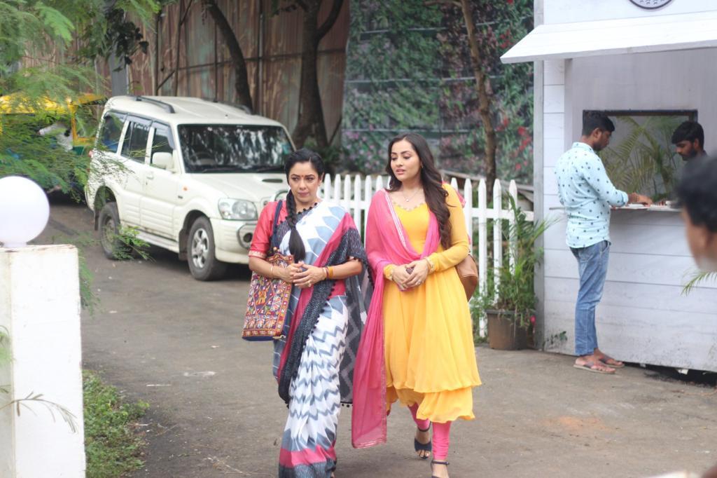 नंदिनी ने अनुपमा को रोहन के बारे में बताया (तस्वीर साभार: टीम अनुपमा)